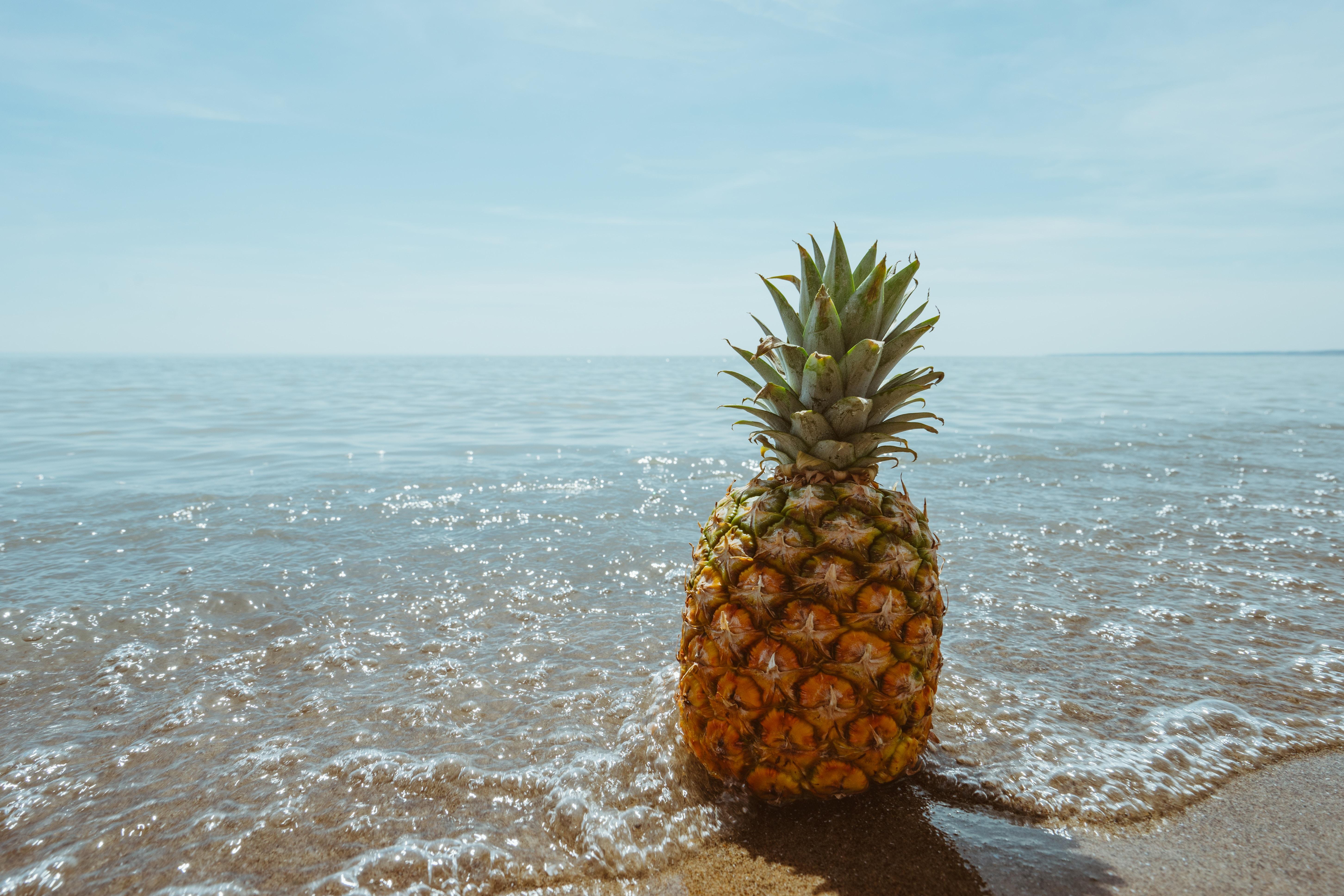 Eine glückliche Ananas im Wasser