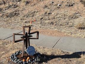 roadside memorial, iron cross, descanso