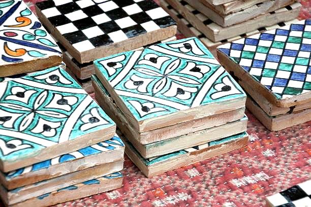 Zelliges de différentes couleurs du Maroc fabriqués à Fès