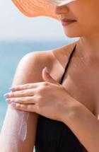 Femme mettant de la crème solaire