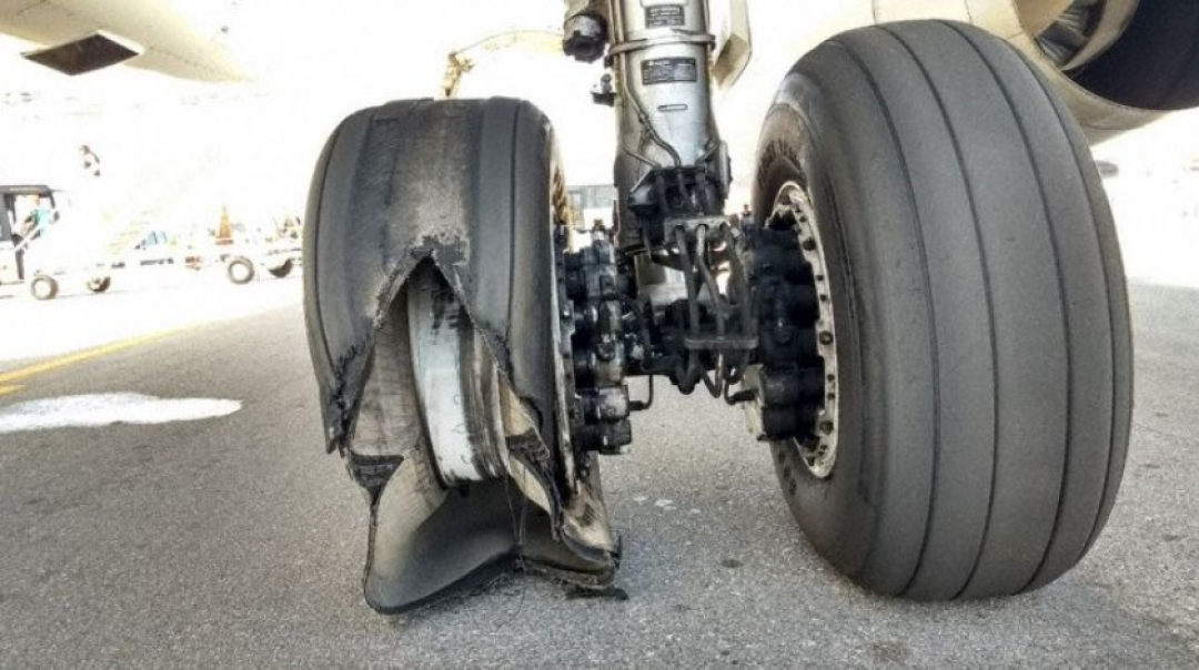 LATAM Airbus A321 Bursts Tyre on Landing