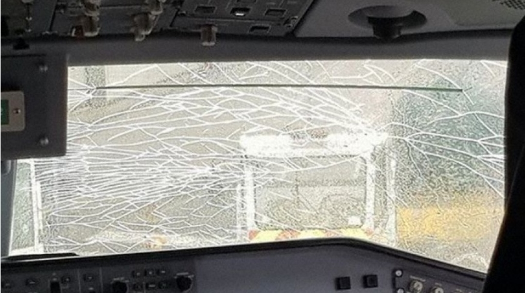 Flybe Embraer E195 Windshield Cracks at Newquay