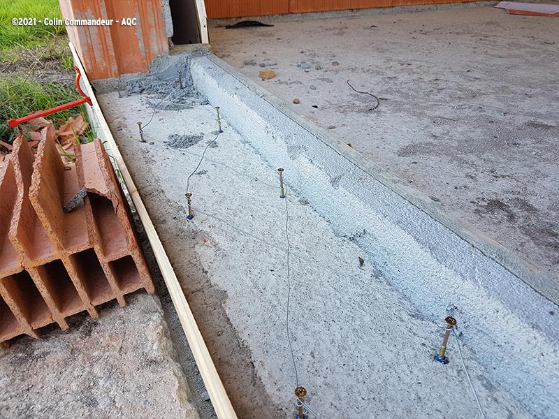 Désordre bâtiment : Technique originale de ferraillage d'un appui de baie par chevilles et vis reliées par fil de fer. Concours Photo AQC 2021