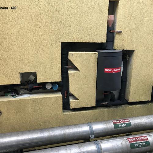 Désordre bâtiment : L'isolation a été découpée autour du réseau de chauffage/rafraîchissement, créant des ponts thermiques. Concours Photo AQC 2021