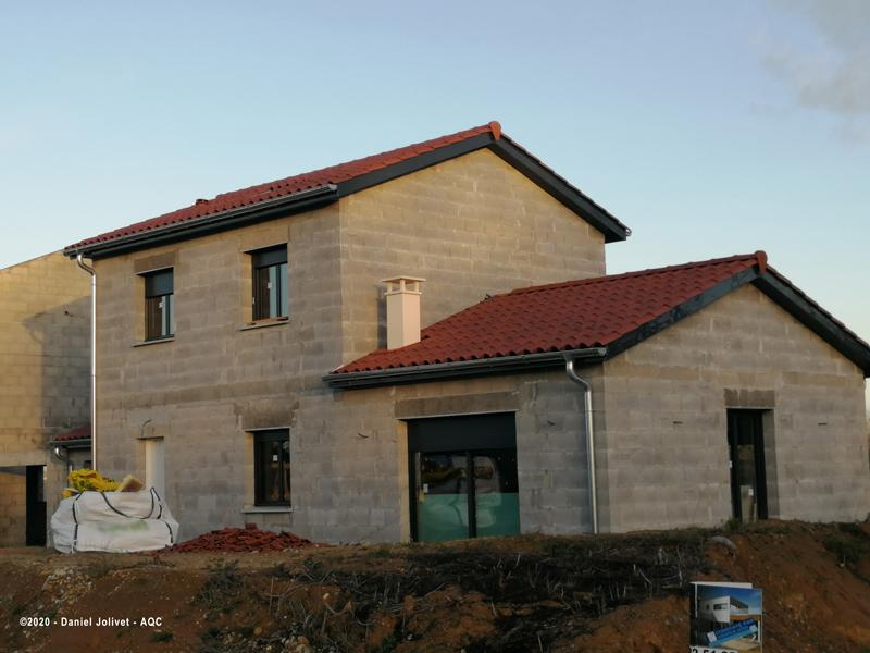 Sortie de cheminée trop courte par rapport au faîtage du corps principal de la maison.  Concours Photo AQC 2020