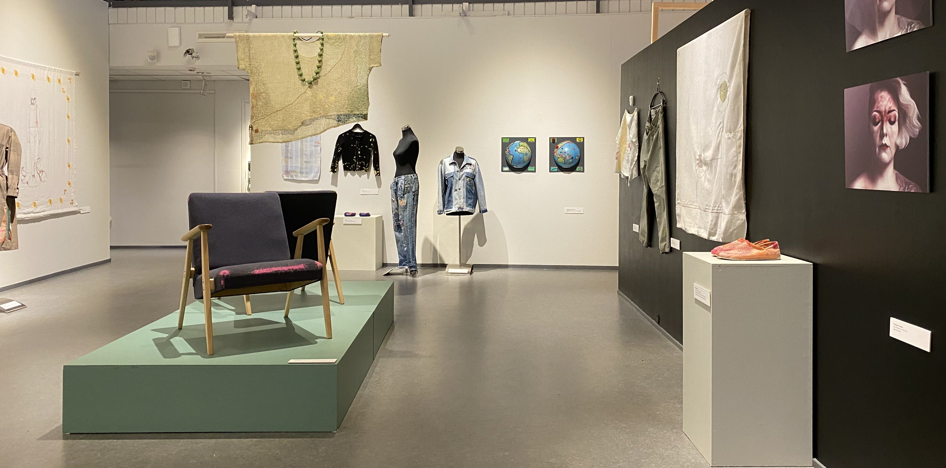 Parsittu ja paikattu -näyttelyn esineitä.