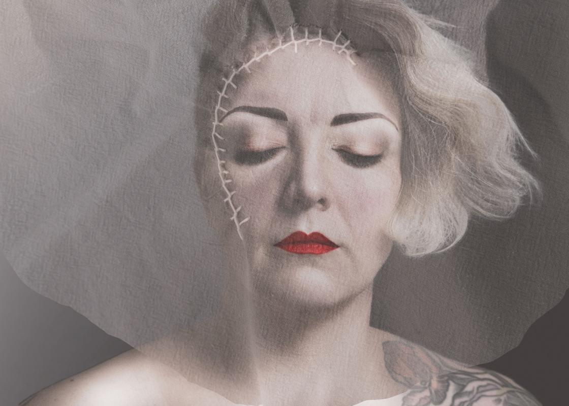 Aini Pihlajaniemen teos Tuskaa ja rauhaa, jossa naisen kuvan päälle on kirjottu arpi.