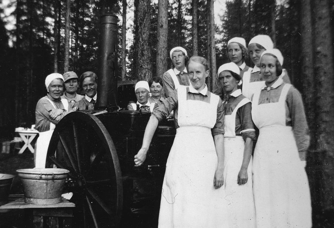 Jyväskylän suojeluskunnan tykistö- ja viestintäleirin muonituslottia Seppälänkankaalla 1936. Kuva: Keski-Suomen museon kokoelmat.