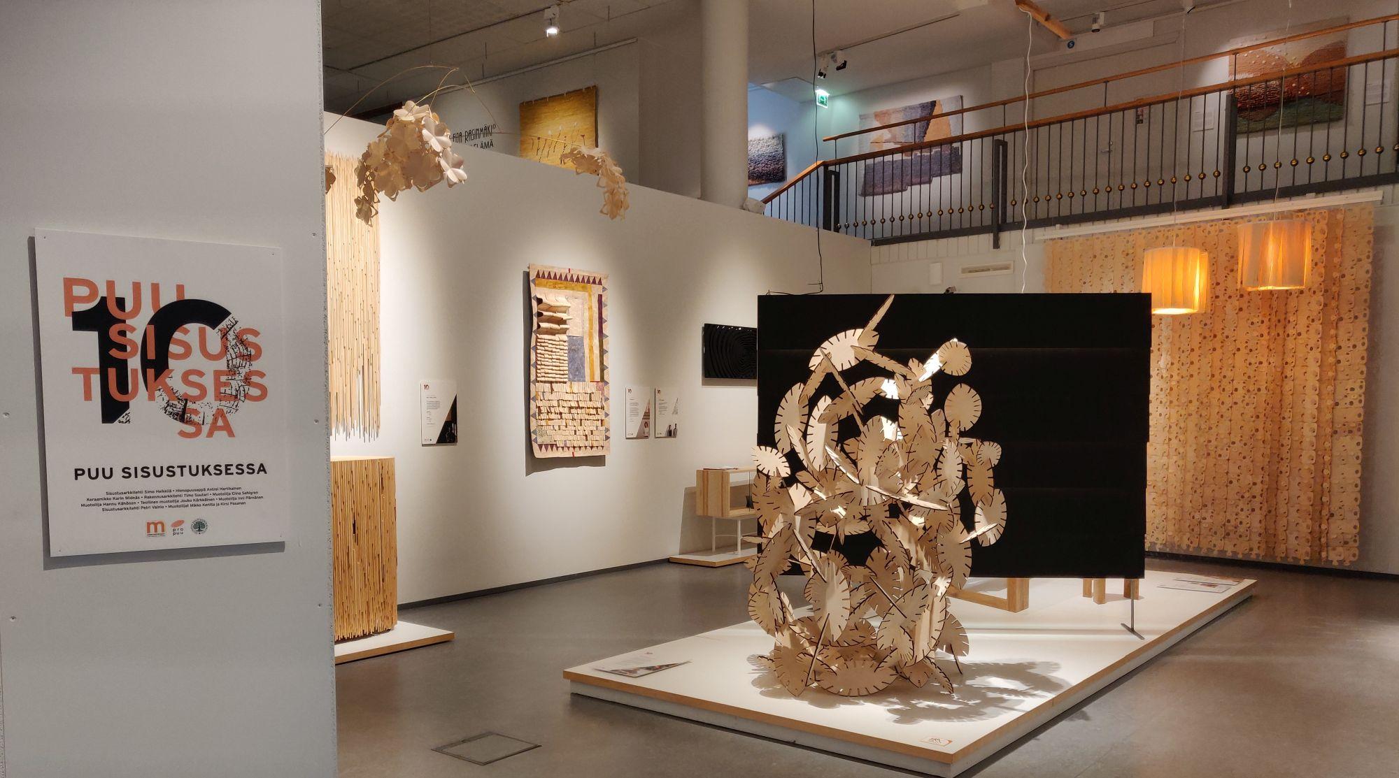 Puu sisustuksessa -näyttely Suomen käsityön museossa.