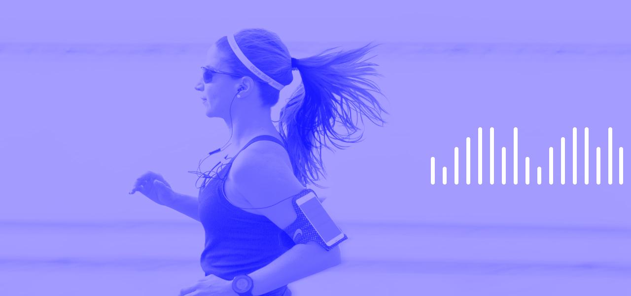 Imagem de mulher correndo utilizando um celular para marcar seu progressso.