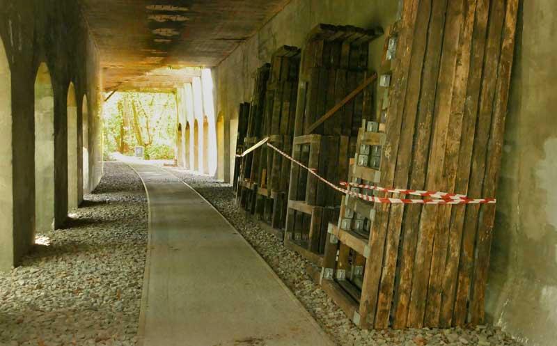 Tribünenteile unter dem Viadukt