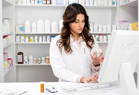 Farmaceutka patrzy na lek