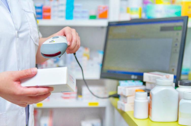 Farmaceuta skanujący lek